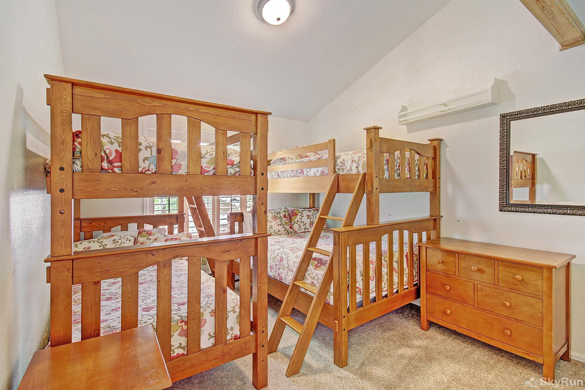 Woods25 Townhome Bunk Room