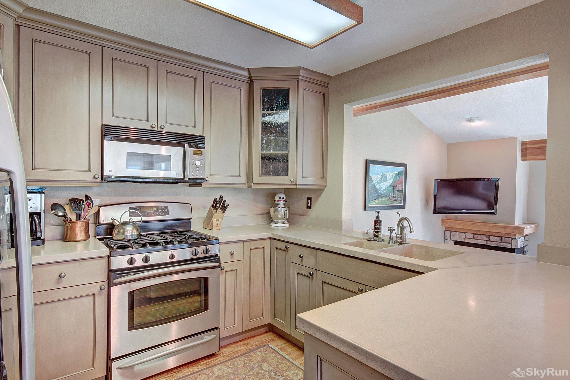 Woods25 Townhome Beautiful Fully Equipped Kitchen